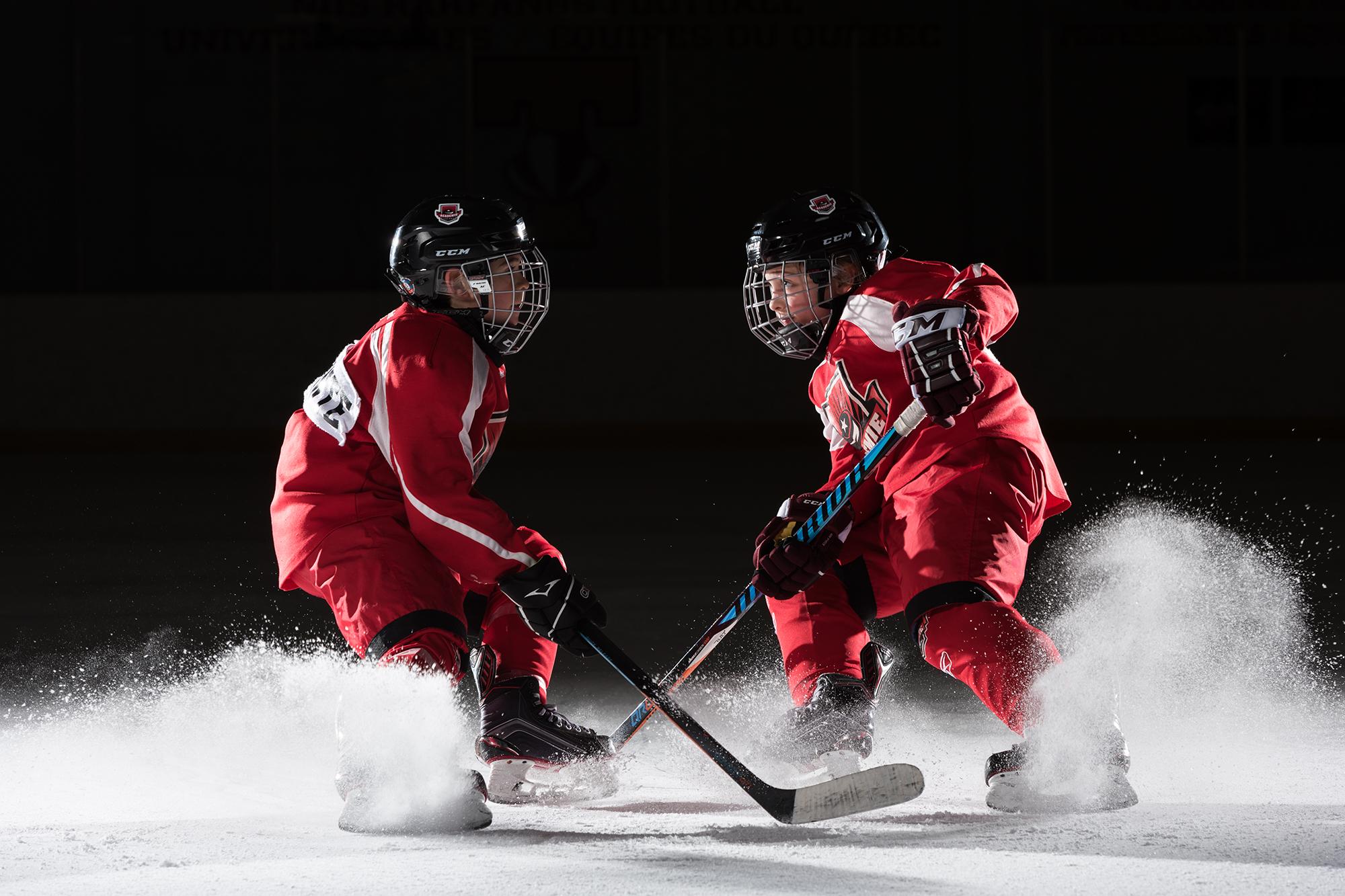 petits hockeyeurs qui freinent brusquement sur la patinoire