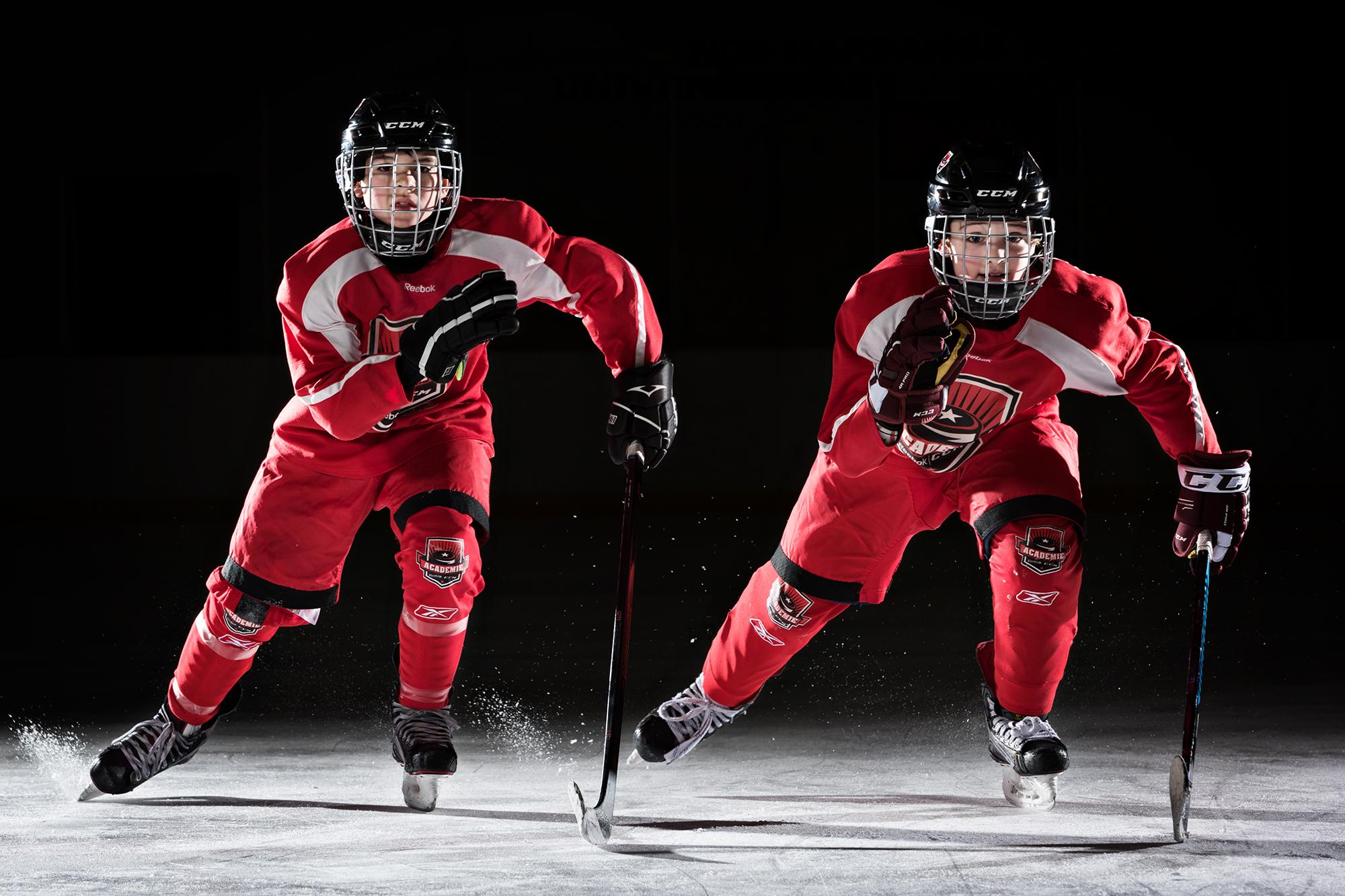 petits hockeyeurs qui patinent vers la caméra