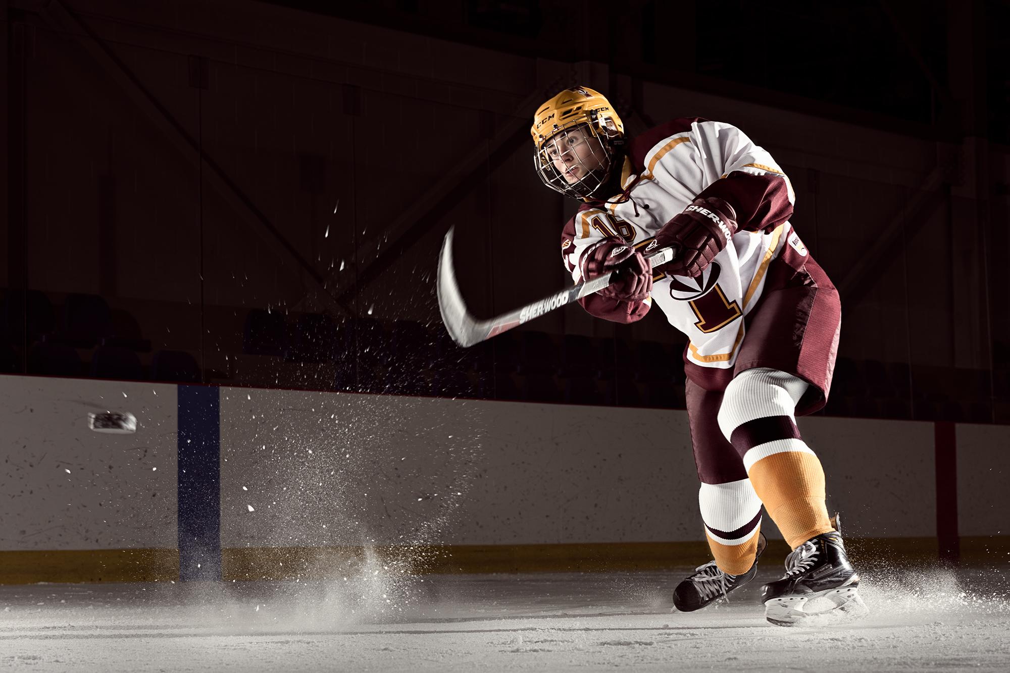 joueuse de hockey qui fait un lancer du poignet