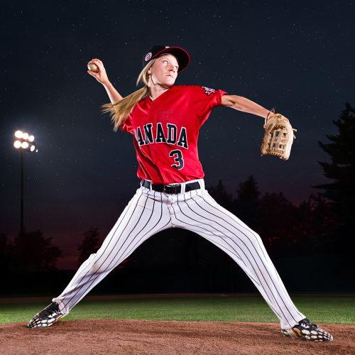 joueuse de baseball en action sur un terrain