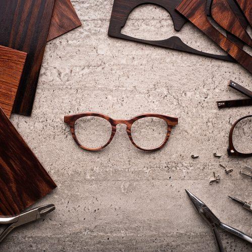 lunettes de bois et outils sur béton