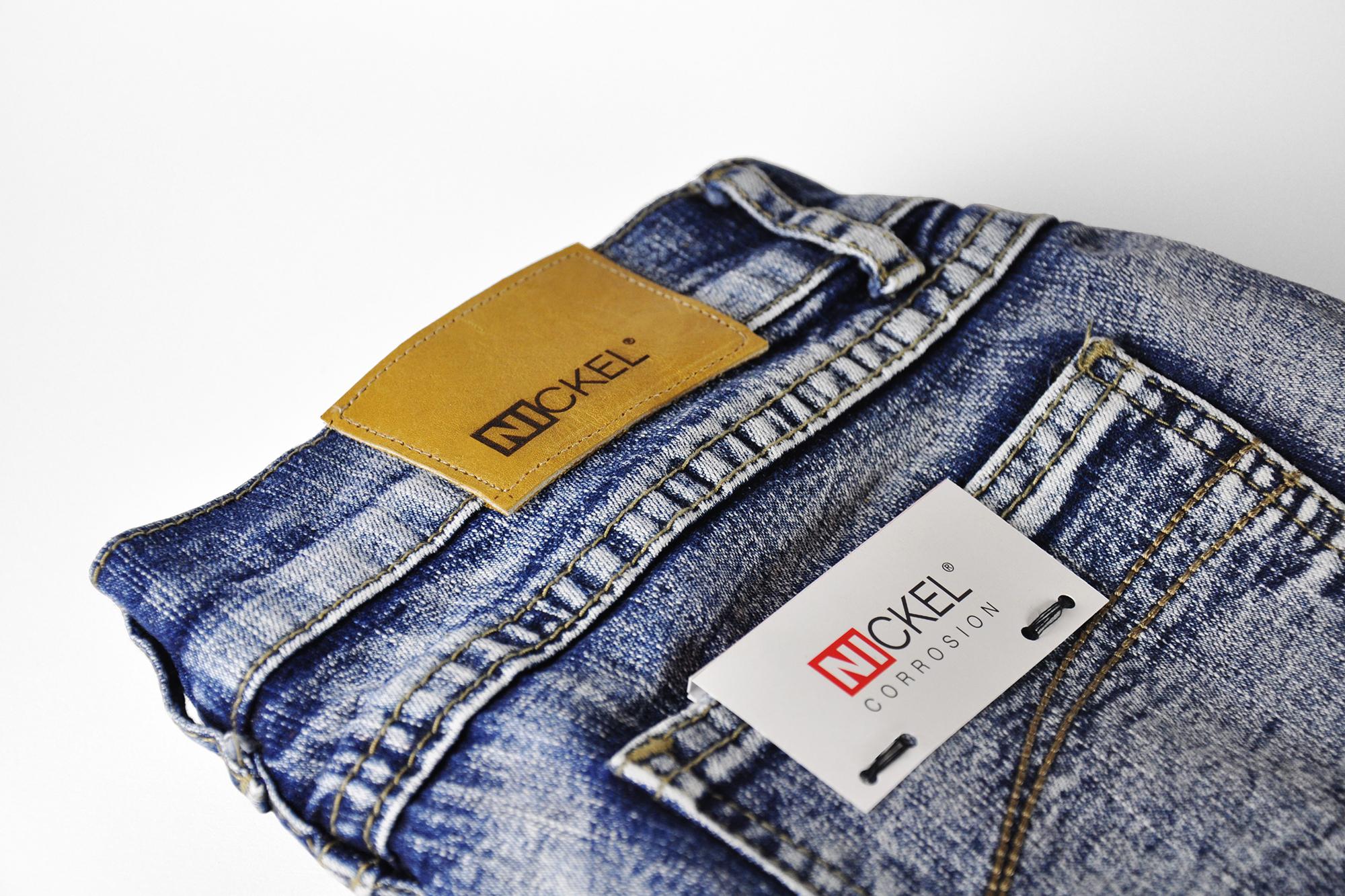 logo «Nickel» sur étiquette de jeans