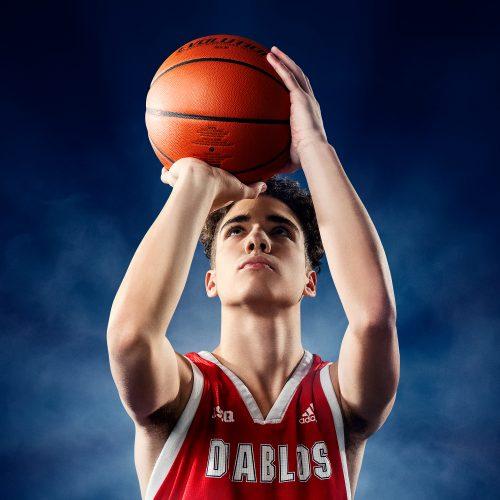 étudiant-athlète basketball en action